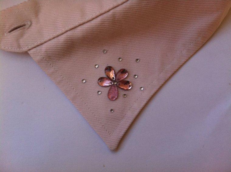 Cuello customizado con gemas visto en Modablogger