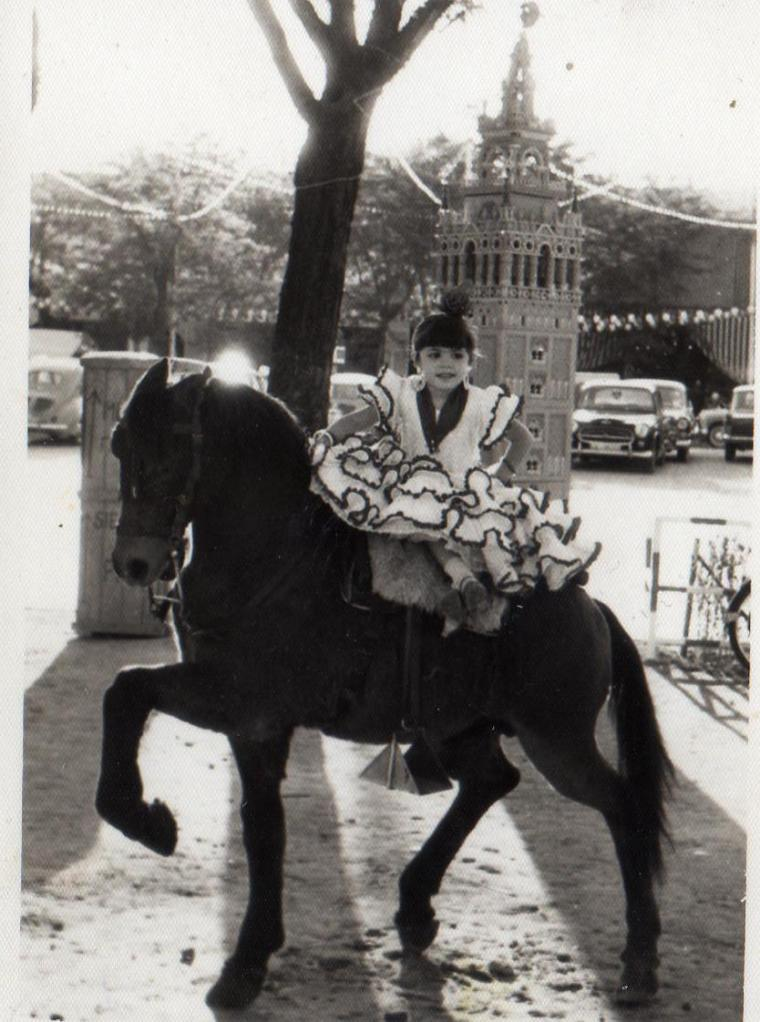 Mi hermana (nuestra gurú) en el famoso caballito de cartón - Feria del Prado