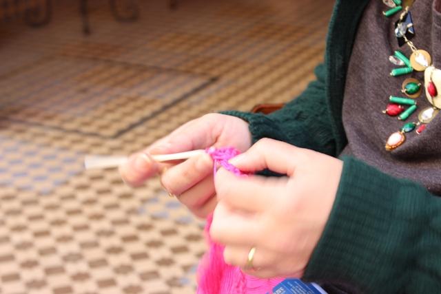 Nuestra Gurú tejiendo en la puerta de La Mercería