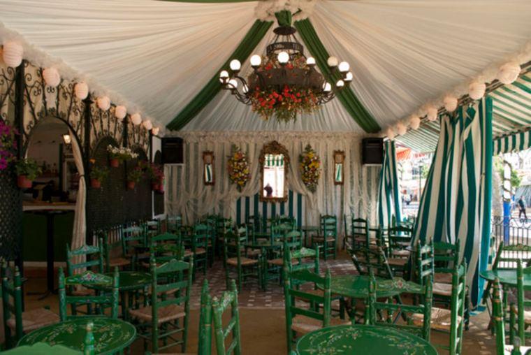 Sillas y mesas típicas de la Feria de Abril