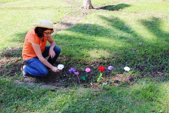La Gurú colocando la última flor