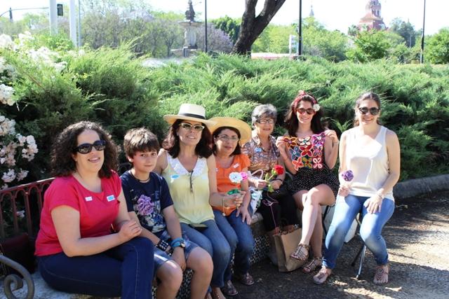 Parte del grupo Adoraideas tejiendo con gente a la que queremos mucho mucho!
