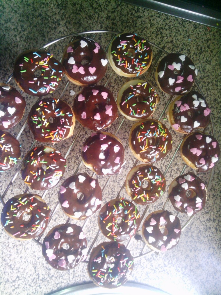Decorar con cobertura de chocolate y sprinkles