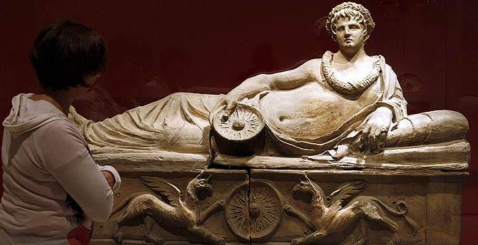 Escultura funeraria etrusca con abanico